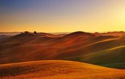 Toscânia, paisagem rural do por do sol Rolling Hills, exploração agrícola do campo Fotografia de Stock Royalty Free