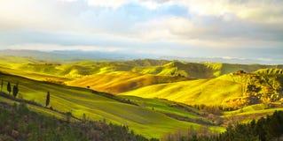 Toscânia, paisagem rural do por do sol Campo e árvores foto de stock