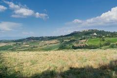 Toscânia, paisagem rural do por do sol de Senesi da Creta Exploração agrícola do campo, Imagem de Stock Royalty Free