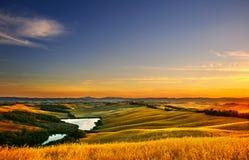 Toscânia, paisagem rural no por do sol, Italia Lago e campos verdes Fotos de Stock Royalty Free