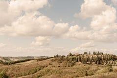 Toscânia - uma propriedade do país na Rolling Hills acima de Buonconvento foto de stock royalty free