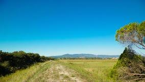 Toscânia, vista do prado e Apennines no fundo fotos de stock