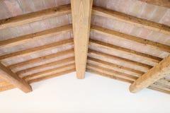 Toscaans houten straalplafond, rode bakstenen, muur. Italië Stock Afbeeldingen