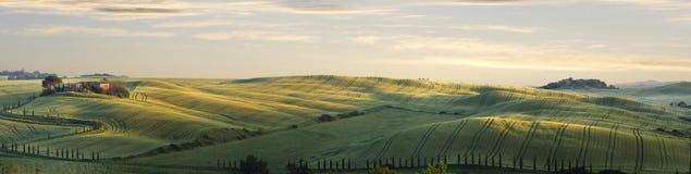 Toscaans landschap met een geruïneerd huis bij dageraad Stock Fotografie