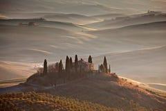 Toscaanse boerderij in ochtendmist Royalty-vrije Stock Foto's