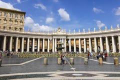 Toscaanse die Colonnades en een Granietfontein door Bernini in St Peter ` s Vierkant in Vatikaan wordt geconstrueerd stock afbeelding