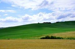 Toscaanse heuvels en blauwe hemel in Italië Stock Afbeelding