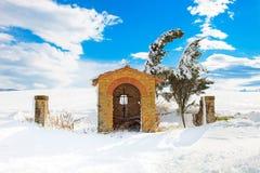 Toscana, capilla y árboles cubiertos por la nieve en invierno. Italia imagen de archivo
