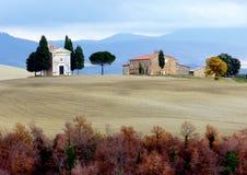 Toscana, Maremma, vista del campo toscano y de la capilla de nuestra señora de Vitaleta, ` Orcia de San Quirico d Fotos de archivo