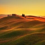 Toscana, paisaje rural de la puesta del sol Rolling Hills, granja del campo Fotografía de archivo