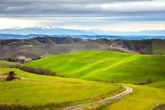 Toscana, paisaje rural del invierno Granja del campo, camino blanco imagen de archivo libre de regalías