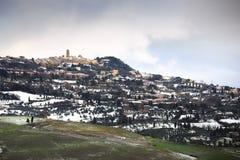 Toscana, pueblo de Volterra cubierto por la nieve en invierno Italia imagenes de archivo