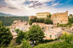 Toscana, pueblo medieval de Sorano en la colina rocosa de la toba volcánica Fotografía de archivo