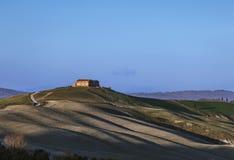 Toscanië, de oude landbouwgrond van Kreta Senesi en rollende heuvels op zonsondergang. Royalty-vrije Stock Fotografie