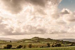 Toscanië - de Rolling Heuvels en de Wijngaarden onder de Stad van de Heuveltop van Montalcino stock afbeeldingen