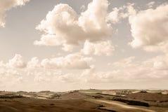 Toscanië die - het Westen over de Rolling Heuvels dichtbij Asciano kijken stock afbeelding
