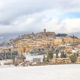 Toscanië, het dorp van Casale Marittimo dat door sneeuw in de winter wordt behandeld. Italië stock foto