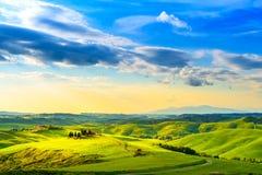 Toscanië, landelijk zonsonderganglandschap Plattelandslandbouwbedrijf, witte weg