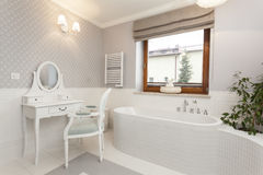 Toscanië - badkamers met toilettafel stock afbeelding