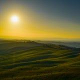 Toscanië, zonsondergang landelijk landschap Rolling heuvels en landbouwgrond Stock Afbeeldingen
