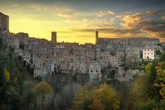 Toscanië, zonsondergang van het het dorpspanorama van Sorano de middeleeuwse Italië Stock Afbeeldingen