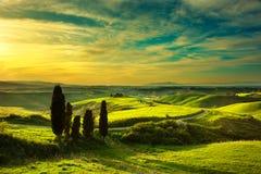 Toscanië, landelijk zonsonderganglandschap Plattelandslandbouwbedrijf, witte weg Stock Foto's