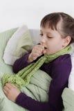 Toses de la muchacha que mienten en cama con la bufanda Fotos de archivo libres de regalías