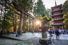 Toshogu的游人在日光,日本祀奉寺庙 库存图片