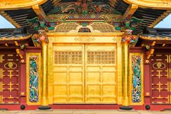 Toshogu的金黄门在上野公园祀奉著名寺庙在东京,日本 库存照片