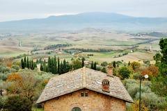 Toskańscy toczni wzgórza i wieśniaka domowy panoramiczny widok, Pienza, Tuscany, Włochy zdjęcie stock