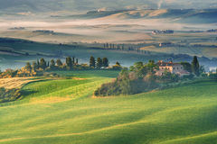 Toskańska mgła na nieociosanym polu w świetle słonecznym, Włochy Obraz Stock