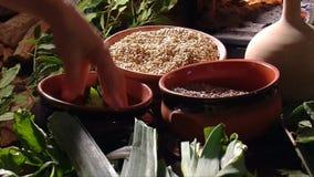 Toskańska stara kuchnia: kucharz przygotowywa jarskiego posiłek zbiory wideo