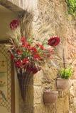 Toskańska ulica - kwiecista dekoracja zdjęcia stock