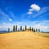 Toskana, Ackerland, Zypressenbäume und weiße Straße. Siena, Val d oder Stockbild