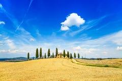 Toskana, Ackerland, Zypressenbäume und weiße Straße. Siena, Val d oder Lizenzfreie Stockfotografie