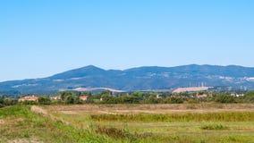 Toskana, Ansicht der Wiese und Apennines im Hintergrund lizenzfreies stockbild