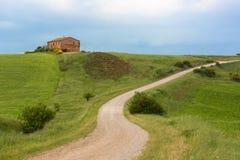 Toskana-Bauernhaus mit Blitz am Horizont, Pienza, Italien Lizenzfreie Stockfotos