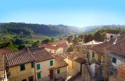 Toskana - Dorf auf einem Hügel Lizenzfreie Stockbilder