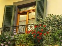 Toskana-Fenster mit Blendenverschlüssen Stockbild