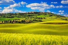 Toskana-Frühling, mittelalterliches Dorf Pienza Siena, Italien Stockfotos