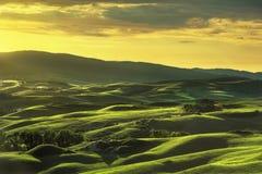 Toskana-Frühling, Rolling Hills auf Sonnenuntergang Stockbild