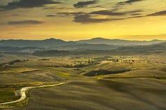 Toskana-Frühling, Rolling Hills, ländliches, Straße und Grünfelder auf s Stockbilder