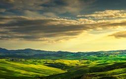 Toskana-Frühling, Rolling Hills und Grünfelder auf Sonnenuntergang landwirtschaftlich Stockfoto