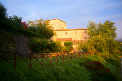 Toskana-Haus am Sonnenaufgang lizenzfreies stockfoto