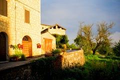 Toskana-Haus am Sonnenaufgang lizenzfreie stockfotografie
