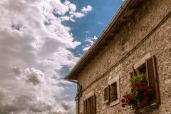 Toskana-Haus und -blumen lizenzfreie stockfotografie