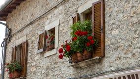Toskana-Haus und -blumen stockbilder