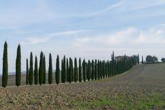 Toskana, Italien - ein Haus mit Zypressen stockfotos