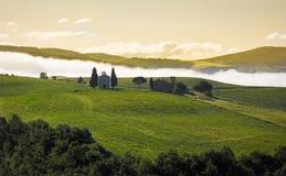 Toskana-Landschaft im Morgennebel, Val-d'Orcia, Italien Lizenzfreie Stockfotos