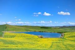 Toskana, Landschaft, Italien. Kleiner See und Felder Lizenzfreies Stockbild